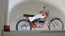 Wie eine Marien-Statue präsentiert: Bultaco Alpina des Roten Kreuz