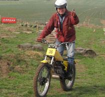 Walter lies den Trialguide, die Motorräder mit dem Daumensymbol waren nicht gelb