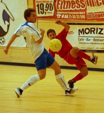 Der FSV Pösing musste sich trotz aller akroba- tischen Verrenkungen dem Endspielgegner SV Schönthal (Johannes Erhardt li.) mit 2:6 geschlagen geben