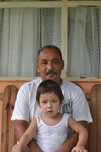 Martín con su nieto Ethan