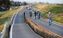 Conséquences du séisme sur une route japonaise.