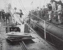 Chargement d'une torpille sur le U29