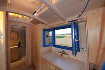 Tiny House Innenausbau mit Wohnzimmer und Küche
