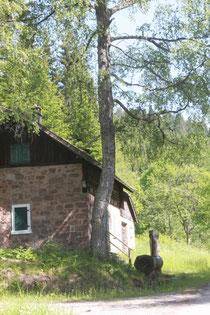 Forstgebäude mit Brunnen