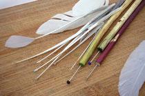 Stecknadeln und zugeschnittene Federn wind wichtige Werkzeuge zum Verzieren der Ostereier
