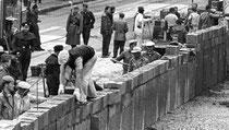 18. August 1961 am Potsdamer Platz: Die Handwerker werden von bewaffneten Volkspolizisten bewacht. | Bildquelle: dpa