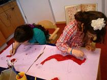 Die besten Freundinnen: Die eine aus der Türkei, die Eltern der anderen kommen aus Iran und Polen. Die Mädchen malen chinesische Drachen. Die Drachen sehen irgendwie ähnlich aus... :)