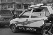 Ein Nepal-Taxi bahnt sich den Weg ...