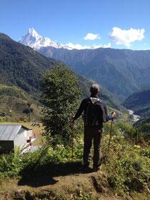 """Oh Du wunderbares Bergidyll, ich vermiss Dich so. Hinten ragt der """"Mt. Machhapuchchhre"""" (6997m) auf. Auch bekannt als """"Mt. Fishtail""""."""
