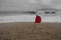 Bei diesen Monsterwellen käme auch ohne Rote Fahne wohl keiner auf die Idee baden zu gehen ...