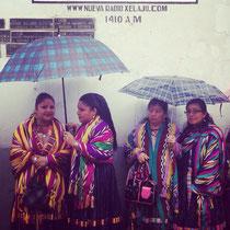 Junge Frauen in Trachten bei einer Prozession