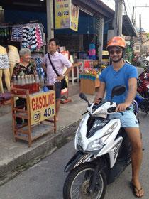 Tankstelle auf Phuket - Ob das Zeug in den Flaschen auch mit Cola schmeckt?!