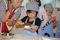 幼児の義務食育キッズ・キッチン基礎編では手の平でお豆腐を切ります。