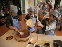 「つやつやになぁ~れ!」黒豆入り桜色のちらし寿司を作ります。