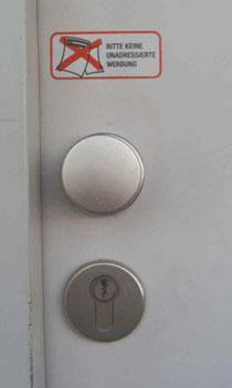 Aufkleber an der Eingangstür