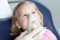 Zahnärztliche Behandlung mit Lachgas-Sedierung - auch für ängstliche Kinder ab 6 Jahren (© proDente e.V.)