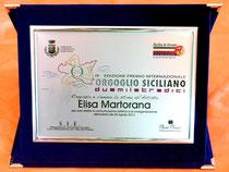 La Tarda consegnata da Sicilia in Europa ad Elisa Martorana per aver diretto l'evento Internazionale
