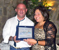 il Prof. Nicolò Mannino consegna la targa di merito ad Elisa Martorana
