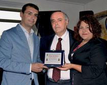 l'Ass. Cultura dott. Francesco Giglio e il Sidaco Dott. F. Cerrito consegnalo la targa all'artista