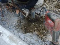 排水管を移設するため、穴を掘っているところ