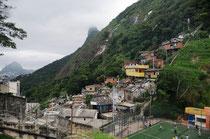 Favela Dona Marta mit Corcovado im Hintergrund (Bildmitte)