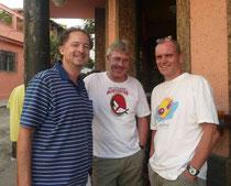 Abschiedstreffen in Santa Teresa mit dem Grundschulleiter R. Kühn (l.) sowie dem scheidenden Schulleiter F. Strasen (r.)