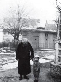 Frieda Herrmann mit einem ihrer drei Enkelkinder, H. (Name anonymisiert) in der Schafstraße 22, Anfang 1936, kurz vor ihrem Tod, aus WERNER 1998, S. 83