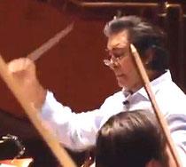 Riccardo M Sahiti dirigiert das Reqiuem für Auschwitz, gespielt vom Philharmonischen Verein der Sinti und Roma