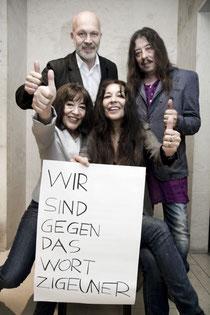 """Aktion von Harri Stojka """"Wir sind gegen das Wort Zigeuner"""", hier mit dem Geschäftsführer der Volkshilfe Österreich sowie Harri Stojka, Doris Weinrich-Stojka und Sissi Asenbaum-Stojka, Foto: Bettina Ne"""