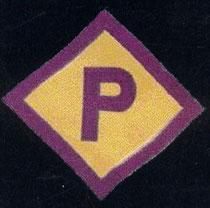 """Ein so genanntes """"Polenabzeichen"""", das aufgrund der """"Polenerlasse"""" vom 8. März 1940 jeder polnische Zwangsarbeiter in Deutschland tragen musste, Lizenz: public domain"""