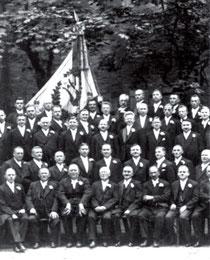 Heinrich Herrmann, erste Reihe, dritter von links, beim 100jährigen Jubiläum des Nürtinger Liederkranzes 1932 (Ausschnitt). Vier Plätze rechts von ihm sitzt Bürgermeister Hermann Weilenmann, aus WERNE