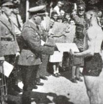 Oberbannführer Oskar Riegraf 1939 (Dritter von links) überreicht einen Preis, Nürtinger Tagblatt vom 5. Juni 1939