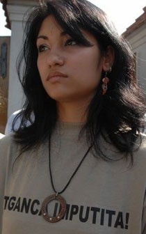 "Auf dem Hemd steht: ""Ţigancă împuţită"" (""Stinkender Zigeuner""), Diese Frau der rumänischen ""Romani CRISS"" demonstriert, Foto: Gipsyking. Lizenz: Creative Commons Attribution-Share Alike 3.0 Unported"