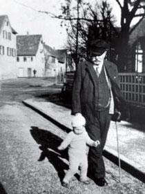 Josef Herrmann mit H., einem der drei Enkelkinder (Name anonymisiert), vor seiner Wohnung in der Schafstraße, Anfang 1936, aus WERNER 1998, S. 62