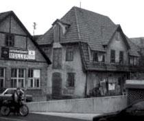 Hinter seinem Wohnhaus ließ Heinrich Herrmann 1911 ein separates Stallgebäude (Kalkoferstraße 5) errichten, aus WERNER 1998, S. 91