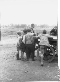 Dr. Robert Ritter im Jahr 1936 mit Kindern im Lager Neumünster, Bundesarchiv, Bild 146-1987-108-62 / CC-BY-SA, Wikimedia, Creative Commons-Lizenz: Attribution-Share Alike 3.0 Germany.