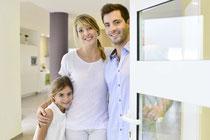 Vermieter-Familie heißt Messegäste in Ihrem Apartment willkommen.