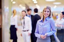 Geschäftsfrau als entspannte Mieterin eines Messehauses über 4yourfairs