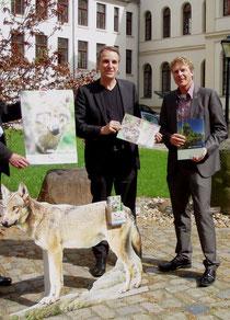 Übergabe der Patenschaftsurkunde an Stefan Wenzel (li) durch NABU-Landesvorsitzenden Dr. Holger Buschmann (re) - Foto: Desiree Erbeck