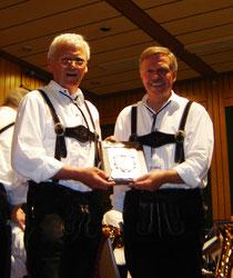 Friedhelm Klees (links) ehrt Dirgent Frank Sander