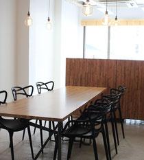 竹集成材のテーブル天板とパーテーション