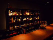 タモ集成材の壁面のバー酒棚