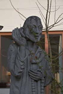 Das Denkmal von Bruder Klaus, geboren 1417 im Kanton Oberwalden/Schweiz, in der Mitte des Innenhofs will an das Leben und Wirken dieses großen Heiligen des ländlichen Raumes erinnern.