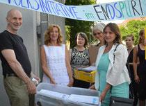 Manuela Mahlke-Göhring Vorstand Kita-LEV Niedersachsen und Kreiselternrat Stade bei der Übergabe der ersten Unterschriftenkisten