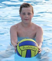 Vincent Hartwig spielt mit der Wasserballbezirksauswahl Lüneburg in Chemnitz