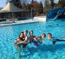 Bei strahlendem Sonnenschein durften sich die Aktiven nun hinter den Panoramascheiben des Baduee in Uelzen grillen lassen. Schön, dass das Ausschwimmbecken nach draußen führte.