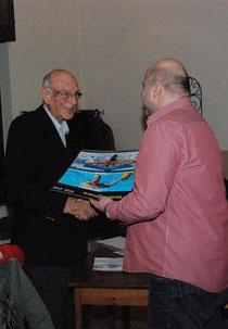 Ehrenpräsident Jan Gerken (91) erhält vom Vorsitzenden Reik Schmedemann einen BSC-Kalender