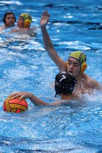 Moritz Dammann vom BSC(gelbe Kappe) bedrängt Nico Grümmert von Poseidon.
