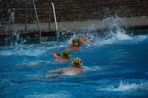 Kampf um den Ball beim Anschwimmen