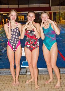 Geschafft, die große Herausforderung bewältigt: Lina Hartwig, Charlotta Radtke und Josephine Noack schwammen am Montag 100 x 100 Meter, also 10 Kilometer in einer Trainingseinheit.